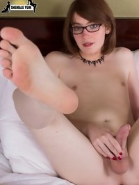 barefoot shemale girl posing naked in bedroom